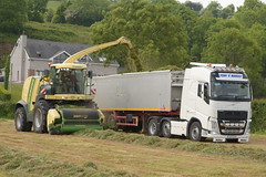 Krone Big X 770 SPFH filling a Stas tipper trailer drawn by a Volvo FH460 Truck (Shane Casey CK25) Tags: krone big x 770 spfh filling stas tipper trailer drawn volvo fh460 truck fh 460 self propelled forage harvester silage silage16 silage2016 grass grass16 grass2016 winter feed fodder county cork ireland irish farm farmer farming agri agriculture contractor field ground soil earth cows cattle work working horse power horsepower hp pull pulling cut cutting crop lifting machine machinery nikon d7100 traktori tracteur traktor trekker trator cignik