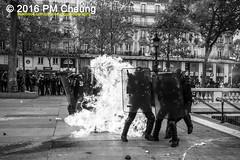 Manifestation pour l'abrogation de la loi Travail - 15.09.2016 – Paris (FR) – IMG_8269 (PM Cheung) Tags: loitravail molotov paris frankreich france proteste mobilisationénorme franceprotest cgt sncf demonstration manif manifestationpourlabrogationdelaloitravail blocus blockaden 2016 demo mengcheungpo molotowcocktail gewerkschaftsprotest tränengas confédérationgénéraledutravail arbeitsmarktreform antilabourprotest lesboches nuitdebout antagonistischenblock pmcheung blockupy polizei crs facebookcompmcheungphotography polizeipräfektur krawalle ausschreitungen auseinandersetzungen compagniesrépublicainesdesécurité police landesweitegrosdemonstrationgegendiearbeitsmarktreform 15092016 manifestation démosphère parisdebout soulevetoi labac bac françoishollande myriamelkhomri esplanadeinvalides manifestationnationaleàparis csgas manif15sept manif15manif15septembre manifestationunitaire fsu solidaires unef unl fidl république abrogationdelaloitravail pertubetavillepourabrogerlaloitravaille blackwhite schwarzweis bw