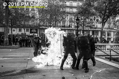 Manifestation pour l'abrogation de la loi Travail - 15.09.2016  Paris (FR)  IMG_8269 (PM Cheung) Tags: loitravail molotov paris frankreich france proteste mobilisationnorme franceprotest cgt sncf demonstration manif manifestationpourlabrogationdelaloitravail blocus blockaden 2016 demo mengcheungpo molotowcocktail gewerkschaftsprotest trnengas confdrationgnraledutravail arbeitsmarktreform antilabourprotest lesboches nuitdebout antagonistischenblock pmcheung blockupy polizei crs facebookcompmcheungphotography polizeiprfektur krawalle ausschreitungen auseinandersetzungen compagniesrpublicainesdescurit police landesweitegrosdemonstrationgegendiearbeitsmarktreform 15092016 manifestation dmosphre parisdebout soulevetoi labac bac franoishollande myriamelkhomri esplanadeinvalides manifestationnationaleparis csgas manif15sept manif15manif15septembre manifestationunitaire fsu solidaires unef unl fidl rpublique abrogationdelaloitravail pertubetavillepourabrogerlaloitravaille blackwhite schwarzweis bw