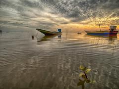 IMG_7723 ~ keindahan pagi (alongbc) Tags: jubakarpantai tumpat kelantan visitkelantan tourismkelantan malaysia travel places trip canon eos700d canoneos700d canonlens efs10mm18mm wideangle sunrise morning fishingboats fishingvillage clouds sky coast