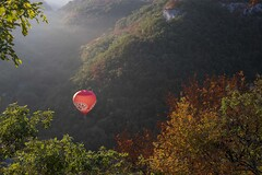 Vol d'automne *---- ° (Titole) Tags: titole nicolefaton balloon montgolfiadesderocamadour framed branches valley rocamadour mist red autumn montgolfière