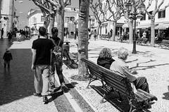 Cruzar de geraes (Gonzalo Ribas) Tags: bw blackwhite pretobranco pb preto e branco monocromtico nikon d5100 ericeira jogo da bola largo street photography fotografia de rua people ngc