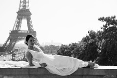 Beautiful people (4) - La marie (LACPIXEL) Tags: marie bride novia reciencasada femme mujer woman rue street calle urbain urban urbano ville town ciudad paris capitale france toureiffel trocadro robe dress vestido noiretblanc blackandwhite blancoynegro outside extrieur beautiful hermosa belle nikon nikonfrance nikonfr d4s fx flickr lacpixel monument monumento