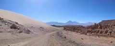"""Le désert d'Atacama: une dune de sable, des volcans, un canyon, bienvenues à la Vallée de la Mort ! <a style=""""margin-left:10px; font-size:0.8em;"""" href=""""http://www.flickr.com/photos/127723101@N04/29147674911/"""" target=""""_blank"""">@flickr</a>"""