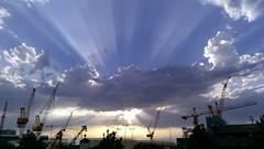 As gras despiden  sol. (PacotePacote) Tags: sunrays sunset puesta rayos luz vigo gras puerto industrial galicia galiza
