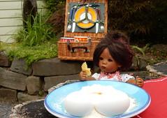 Die erste Schmetterlingsnudel ist fertig ... (Kindergartenkinder) Tags: dolls himstedt annette kindergartenkinder essen park gruga garten kind personen annemoni sanrike milina tivi kochen outdoor leleti
