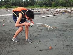 LEO + CANGREJO (Juan Tocaruncho) Tags: boy guy colombia playa arena pacifico cangrejo