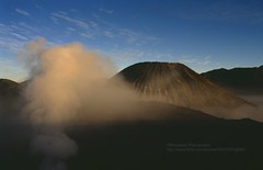 Gunung Bromo, volcano smoke in early morning light (blauepics) Tags: indonesien indonesia indonesian indonesische east java ostjava gunung bromo mount volcano vulkan morning morgen mountain berg sonnenaufgang sunrise light licht fumes rauch smoke 1991