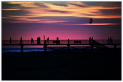 Ballade sur le ponton (Nat Pallotovitch (Adonicia)) Tags: coucherdesoleilrougeroseviolettvendeocanpontonvacances flickrunitedwinner