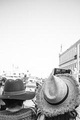 (Vctor Mndez (VM FotoVisual)) Tags: vmfotovisual vmfotovisualstreet streetphotography fotografacallejera blackandwhite blancoynegro mujeres sombrero women hat canon600d barcelona