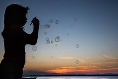 36/52 Pompas de alegra - Happiness bubbles (Nathalie Le Bris) Tags: bubble soap pompa bulle contrejour backlight contraluz sunset coucherdesoleil atardecer silhouette silueta child happiness alegra