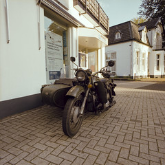 English Army Bike (Norton) (PhotompNL) Tags: army leger motorfiets motorbike zijspan norton motorcycle motor analoog bronicasqai film hilversum kodakportra160120 nederland analogue analog bronica sqai kodak portra 160 120 pays bas niederlande nethelands 6x6 mf mediumformaat middenformaat kleur color colour