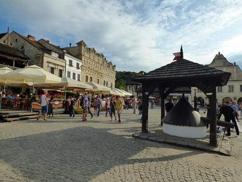 Kazimierz-Dolny - market square, well head (2)