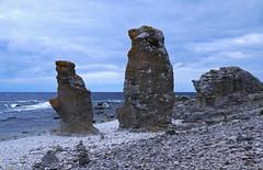 Raukar p Langhammars (Fr, Gotland) (webbgun) Tags: gotland fr langhammarsraukomrde sommarbilder summerpictures strnder balticsea pebbles hav vgor seawaves raukar rockformations