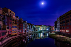 Girona by night (Maerten Prins) Tags: spanje spain girona gerona night dark longexposure moon water river shadow reflection old architecture outdoor city