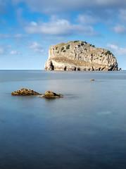 (fernando_gm) Tags: paisvasco paisaje sanjuandegaztelugatxe isla island landscape seascape water agua mar sea longexposure silky sedosa fujifilm fuji 1024mm azul blue nubes clouds