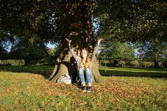 Autumn has arrived. (Sonisons) Tags: nottingham england inglaterra united kingdom naturaleza nature verde parque park sol sunny autumn otoo soleado hojas felicidad happiness aire libre nikon nikond5000 fotografa erasmus photography picture people girl gente chica
