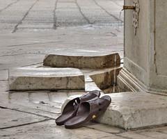 la mosque Gazi Husrev-beg (Vincent Rowell) Tags: raw tonemapped balkans2016 bosniaandherzegovina sarajevo mosque gazihusrevbeg shoes