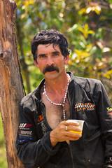 Don Hernando, un hombre asentado en la parte rural de Mesitas del Colegio. (PielRoida) Tags: farmer granja campesino trabajando receso pausa verano jugo mandarina bigote religioso catlico