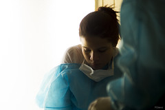A Contra Luz (sierramarcos14695) Tags: minolta rokkor mc sony a58 mujer retrato contra luz ventana bata quierurgica medicina escuela estudios cunoc usac concentracion