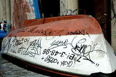 Pasado marcado por el presente. (Inushin) Tags: barca txalupa boat puerto sea mar pintada graffity santurtzi nikon nikond5200 d5200