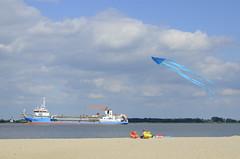 überflieger (Scilla sinensis) Tags: fs160904 vatttorrt fotosondag elbe vessel kite beach