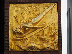 Der Lichtbringer (1936) v. Bernhard Hoetger (1elf12) Tags: derlichtbringer bernhardhoetger engel erzengelmichael archangel bremen schwert sword germany deutschland bttcherstrase relief