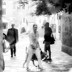 VENISE, REFLET, SCENE DE RUE (zventure, off until late September) Tags: zventure aube arbre feuilles rue pont soleil rayon nb bw noiretblanc monochrome blackandwhite reflet miroir ruelle pavs personnes chien femme venise venice venisesept2016 gens people matin morning portrait