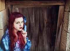El secreto tras la puerta (mls2012) Tags: portrait color azul canon calle puerta alicia retrato alice pueblo ojos 7d vestido rab nanah pelorosa nanihta