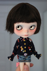 (Aya_27) Tags: red sol yellow shirt doll sad sweet buttons sewing navy handsewn mywork blythe lovely collar custom matryoshka ruffle dollie longsleeves inhand vainilladolly shirtbyme petitecreayations ttyashorts