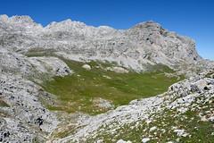 Vega de Liordes (Paulo Etxeberria) Tags: pasture limestone pastos picosdeeuropa calcaire caliza pturage vegadeliordes larreak kareharria europakomendiak lapadiorna