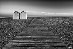 24 08 2016 Cayeux sur mer-2 (rjp62126) Tags: 1740f4lusm 2016 banc canon canon6d cayeuxsurmer gnd8 leefilter picardie somme baie baiedesomme borddemer cabine cabinedeplage filter filtre filtregradu france galets hautsdefrance lee mer plage polarisant polarisantcirculaire promenade sea nordpasdecalaispicardie fr