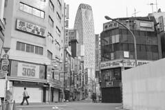 Tokyo May10_011 (R) (c a r a p i e s) Tags: bw blancoynegro film japan 35mm tokyo blackwhite shinjuku streetphotography cityscapes urbanphotography fotografiaurbana