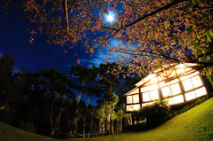 Casa no campo (Hugo Chinaglia) Tags: trees brazil sky cloud moon house cold home grass brasil night casa long cu grama fields lua noite arvores nuvem frio exposio longa camposdojordo