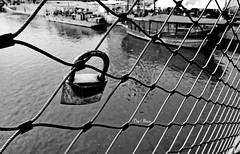accroch pour longtemps - hung for a long time (png nexus) Tags: nb bw noir black blanc white street rue boat bateau