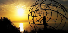 Cabo Home (mlalmorox) Tags: atardecer sunset sun sea galicia spain espaa mar caracol contraluz backlight snail escultura sculpture
