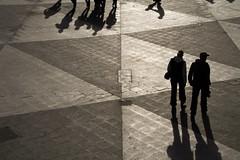 Atravesando la plaza (mandoft) Tags: persona estocolmo contraluz plaza sweden stockholm sombra gente calle suecia stockholmsln se