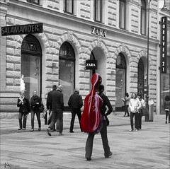 Wien , die Stadt der Musik .... (*Lie ... on & off ... !) Tags: vienna wien red musician music rot rouge austria oostenrijk sterreich musiker salamander cello muziek rood zara vienne autriche musique wenen musicien forever21 violoncello muzikant atouchofred selectivecolours selectievekleuren couleursslectives strijkinstrument basviool