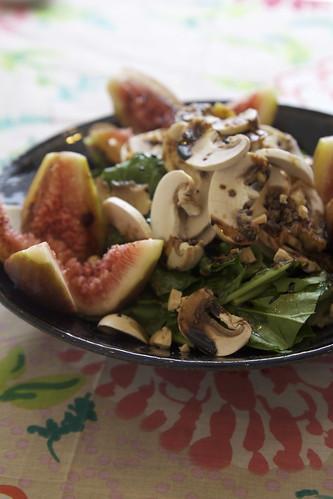 ルッコラとマッシュルームのサラダ-アンチョビバルサミコドレッシング