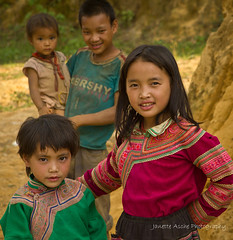 Flower Hmong children (NettyA) Tags: travel girls boy portrait people flower girl canon movie children asia village singing vietnam southeast hmong bacha eos550d