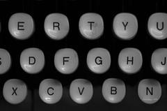 _DSC4159 teclado en R (Rodo Lpez) Tags: maquina maquinadeescribir nikon naturebynikon nikonistas elbierzo oficina papel spain sentimientos espaa explore excapture bembibre blancoynegro bn castillayleon carlzeiss