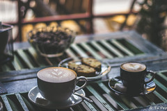 Coffee cups and cookies (Tu Peo) Tags: coffeehouse kafeville coffee cups cookie indoor