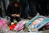 trauer-nach-grausamer-ermordung-3 (Björn Kietzmann) Tags: berlin kreuzberg innenhof mord sema frau kundgebung ermordet berliner 2012 tatort gedenken orhan trauer ehefrau kreuzberger schrecklich kurden semas geköpft zerstückelt semanur grausam kietzmann enthauptet trauern getötet orhans häuslichegewalt kurdin köthenerstrase gewaltgegenfrauen björnkietzmann gedenkkundgebung beziehungstat semanurs köthenerstrase37