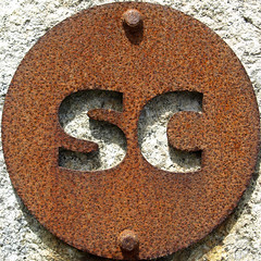 SC (chrisinplymouth) Tags: uk england sculpture art sc sign metal cutout circle rust iron unitedkingdom steel letters rusty plymouth plate devon round oxidation squaredcircle rusting squircle alphabet disc corrosion mountbatten corroded doublet twoletter cw69x chrisinplymouth nauticaltelegraphcode