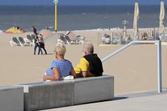 Genieten van zon, zee en strand (Mary Berkhout) Tags: maryberkhout zon zee strand zand scheveningen boulevard man vrouw blauw geel sea sun beach seasideresort