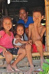 Living in Praigoli, Sumba Barat (Sekitar) Tags: boy girl indonesia living mother kampung ibu pulau rumah anak keluarga adat barat sumba earthasia praigoli