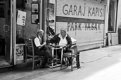 Teatime (Maron) Tags: street travel bw white black turkey nikon istanbul marion reise tyrkia supermarion nesje d7000 marionnesje
