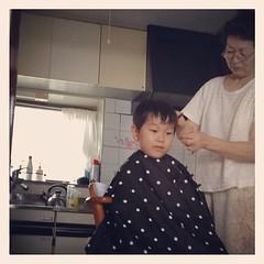 おばあちゃんちで散髪。全く落ち着かず。動きまくるから首から毛が入って不快になってさらに動くの繰り返し。短くなったけど、和田アキ子みたいだ。しかもトラ。