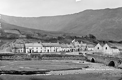 Village of Leenane, County Galway (National Library of Ireland on The Commons) Tags: robertfrench williamlawrence lawrencecollection lawrencephotographicstudio thelawrencephotographcollection glassnegative nationallibraryofireland leenane connemara village bridge water leenaun countygalway killaryharbour gaynors mcdonnell lowtide carts tynan