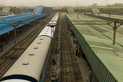 new delhi railway station (Winfried Veil) Tags: leica roof india station train deutschland 50mm asia asien veil tracks eisenbahn zug rangefinder roofs hauptbahnhof dust dach summilux indien asph gleise mainstation winfried 2010 m9 staub dcher neudelhi messsucher mobilew leicam9 winfriedveil